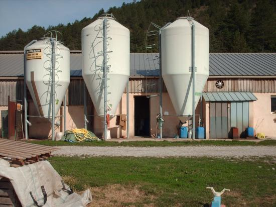 le ferme et ses silos